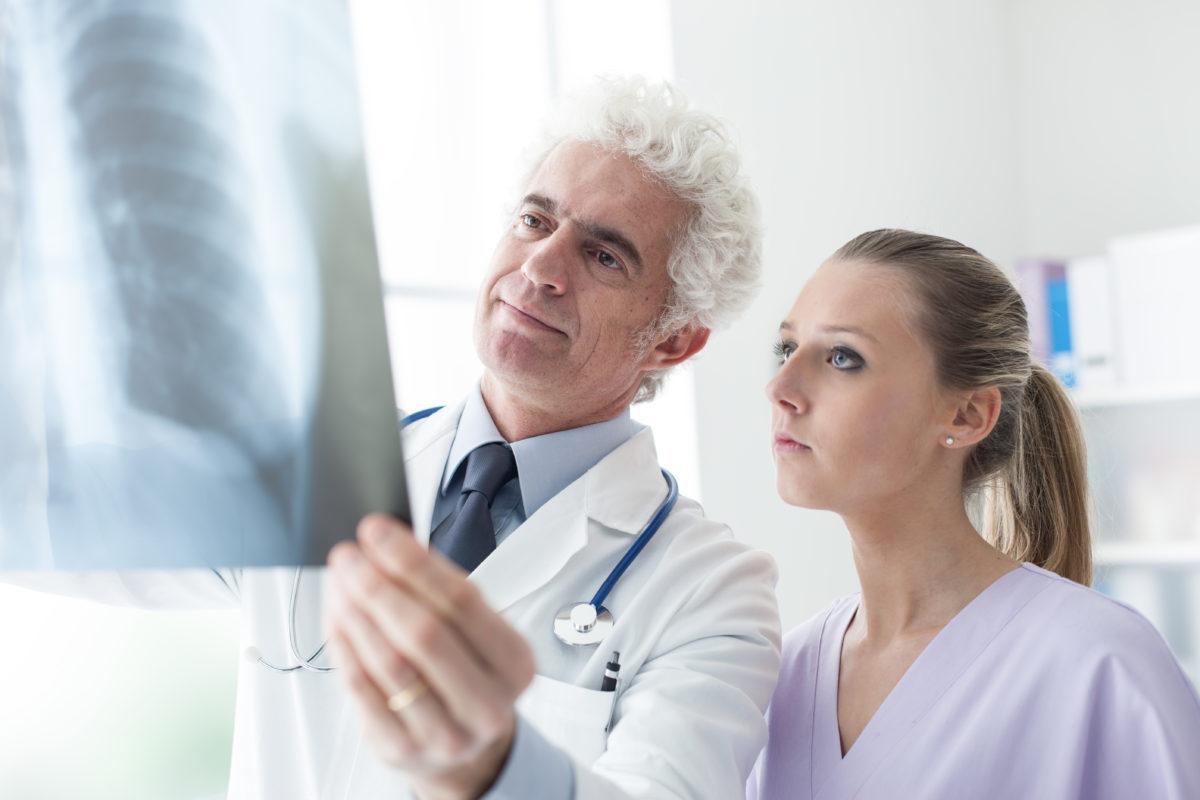 doctors-examining-an-x-ray-image-G78TCA2-1200x800.jpg